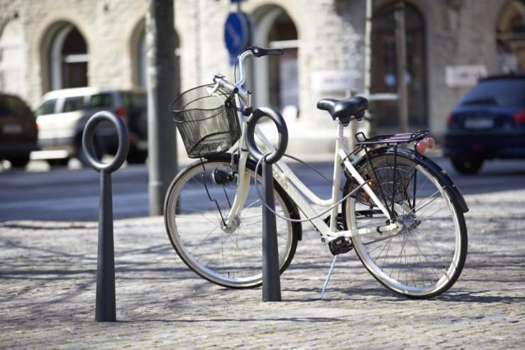 Hoop fietsbeugel met ring om slot door te halen van aluminium staal met strak ontwerp vormgeving charmant en modern in het zwart grijs wit geel groen paars ook als afzetpaal afzetbeugel te gebruiken om te voorkomen dat autos parkeren op de stoep