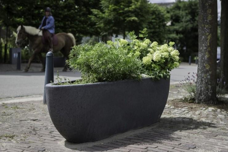 Nau plantenbak begeleiden van openbare ruimte