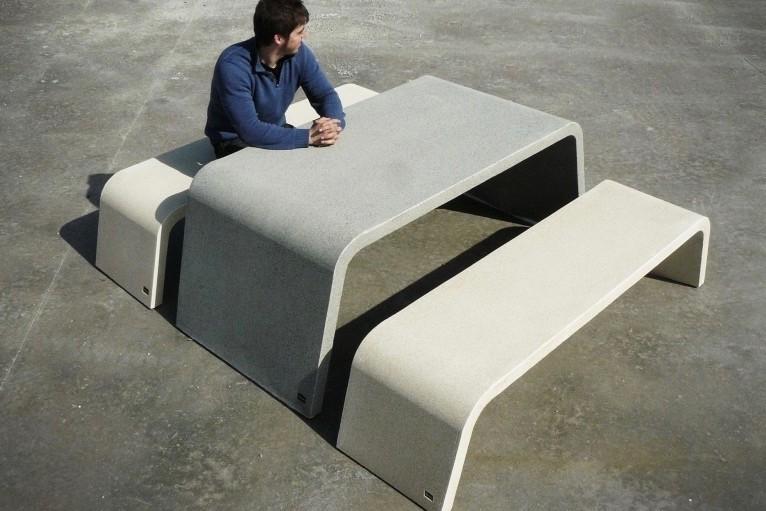 Mimetic tafel van beton met bijpassende banken
