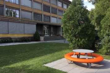 Buddy picknicktafel voor contact tijdens de lunch, een werkoverleg of pauze