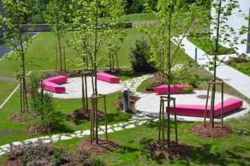 Coffin Lounge bank geeft de buitenruimte een speelse uitstraling
