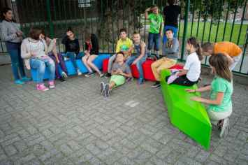 Coffin Lounge bank nodigt kinderen uit te zitten en leren