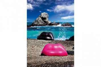 Dali lips bank in de vorm van rode lippen van kunstenaar Salvador Dali rood kunst statement zitten entree hal gang kantoor vastgoed inrichting buitenbank spectaculair origineel love liefdes bank buiten zoen sensueel