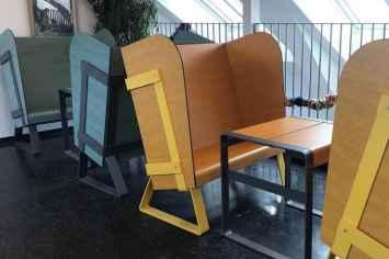 Eiland stoel oorstoel afgesloten van geluid rustgevend ontspannen in buitenlucht straatmeubilair van hout hoge druk laminaat in grijs geel rood ontspanning openbare ruimte geluiddempend afzonderen in stoelen banken geluid afstoten relaxen buitenruimte