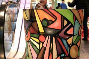 Ronde afvalbak Hinken van Nola tijdloos stijlvol praktisch en in alle kleuren leverbaar voor afvalscheiding ideaal voor winkelcentrum ziekenhuis zorgcentrum kantoor bedrijfspand entree of kliniek in zilver grijs wit oranje rood zwart antraciet blauw groen