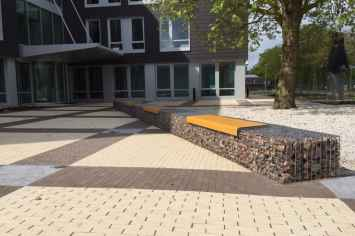 Il Posto bank voor op een draagvlak, trap, steenkorf, rand of muur