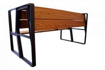 Bank lean met zitgedeelten om te zitten en hang of leun gedeelte om tegen aan te leunen of hangen dubbele bank rugleuning straatmeubilair in de openbare ruimte van hout in wandelgebied waar het smal is en mensen vlak langs elkaar lopen frame van staal