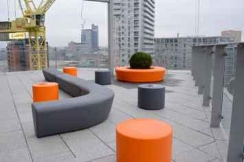 Loop Line Bank met verschillend opvallend meubilair