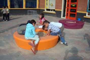 Loop zandbak voor kinderen op het schoolplein