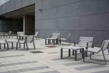 Mayfield stoel buitenstoel terras park plein inrichting openbare binnen en buiten ruimte straatmeubilair voor gemeente winkelgebied recreatie park plein boulevard winkelcentrum van hout met staal hufterproof sterk vandalismebestendig kleurrijk rood groen