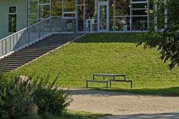 Outline picknicktafel rood bruin groen geel grijs voor op scholen schoolplein kantine schoolmeubilair openbare ruimte gang aula kantoormeubilair om aan te lunchen werken samenwerken buitenmeubilair straatmeubilair picknickset om te picknicken openbaar