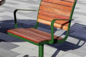 Stoel Parco parkstoel voor openbare ruimte van hout en staal draaibaar en duurzaam in alle kleuren zoals geel groen blauw oranje zwart wit paars bruin grijs straatmeubilair voor park plein of openbare ruimte of kantoortuin zorgcentrum bejaardentehuis