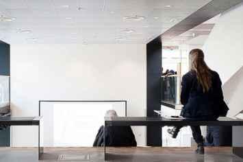 Paxa light bank en tafel met stalen zij frame en houten zitting voor winkelcentrum zorgtehuis ziekenhuis kantoor wachtruimte station openbare ruimte straatmeubilair ontvangst gang hal inrichting met rugleuning armleuning station vliegveld
