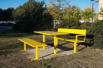 Sidewalk bank stoel en kruk parkbank met rugleuning in hout en staal geel oranje groen zwart wit blauw rood banken buitenbanken voor openbare ruimte straatmeubilair kwaliteit duurzaam modern maar ook klassiek tegen regen buitenbank publieke ruimte park