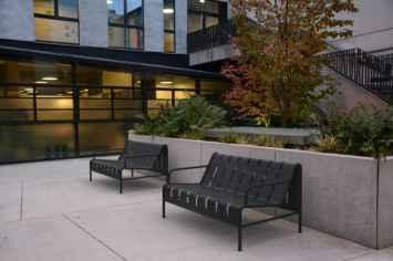 Chilly B bank van staal voor buiten in het grijs en antraciet zwart groen rood en wit straatmeubilair stijlvol strak modern openbare ruimte inrichting park parkbank kantoor entree wachtkamer binnentuin dakterras zitten wachten plein wachtbank buitenbank