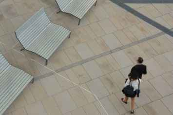 bank easy parkbank ontspannen in de openlucht in een houten stoel in publieke gelegenheid ruimte openbare tuin park terras oever rivier loungen chillen hangen uitrusten in buitenlucht stoel groen rood blauw grijs zwart oranje