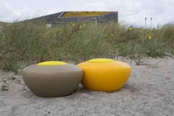 Scoopi is een zitelement van recyclebaar kunststof met een zitting van kurk of polyethyleen deze ronde poef kan zowel binnen en buiten gebruikt en in veel kleuren zoals oranje rood groen grijs blauw zwart voor schoolplein kantoortuin entree speels zitje