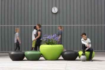 Recyclebare ronde poeven voor buiten en binnen straatmeubilair of schoolpleinmeubilair of schoolmeubilair met vrolijke uitstraling in opvallende kleuren zoals geel groen rood blauw en zwart oranje en paars leuk voor entree kindvriendelijk speelelement