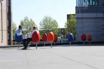 Tulpi stoel geschikt voor elke openbare buitenruimte