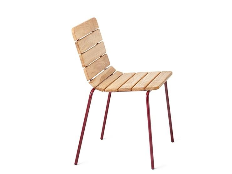 11 chair bistro stoel van hout met stalen onderstel in de kleur rood heeft de uitstraling van een bistrostoeltje