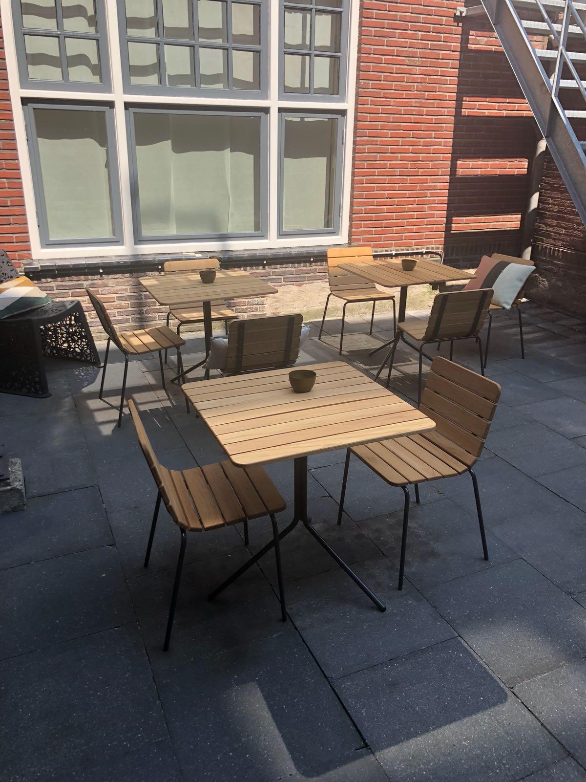 11th stoel met bijpassende 11th tafel voor op het terras
