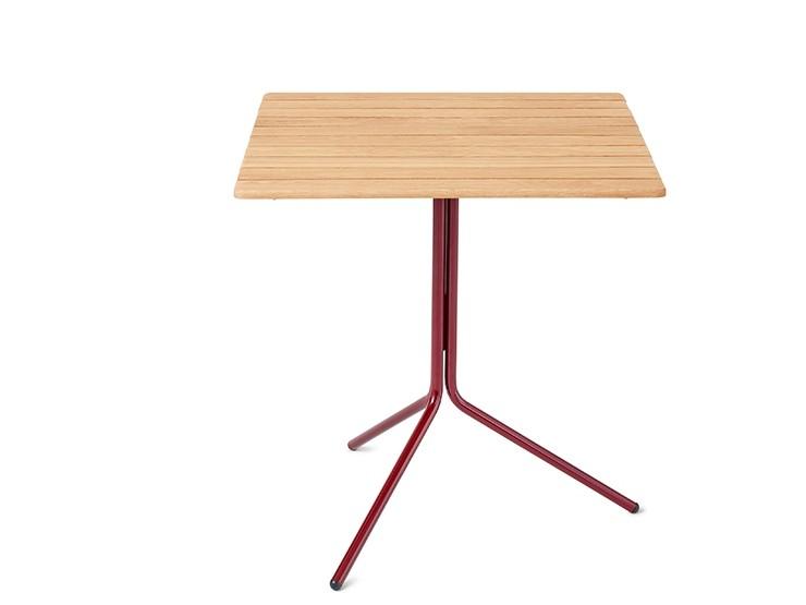 Tafel met houten tafelblad en rood stalen onderstel met de uitstraling van een bistrotafel