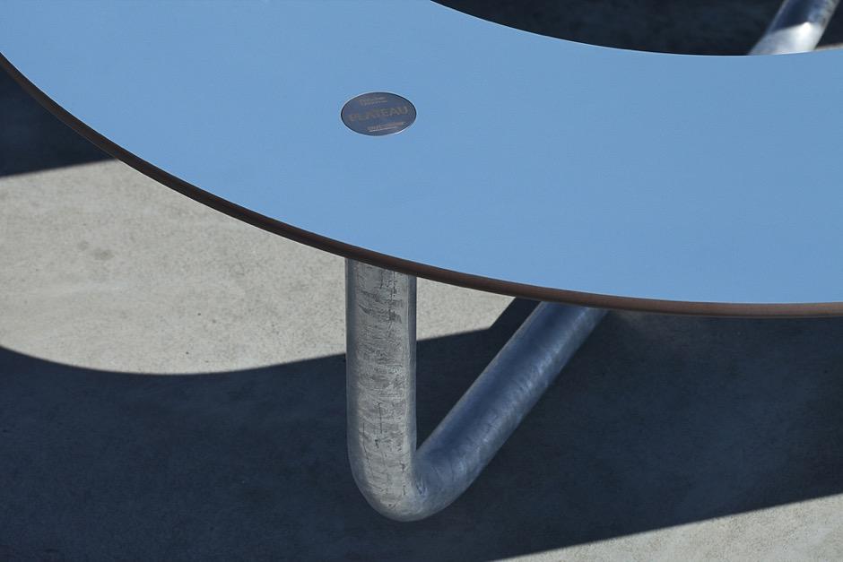 Plateau-L picknicktafel met onderstel van thermisch verzinkt staal