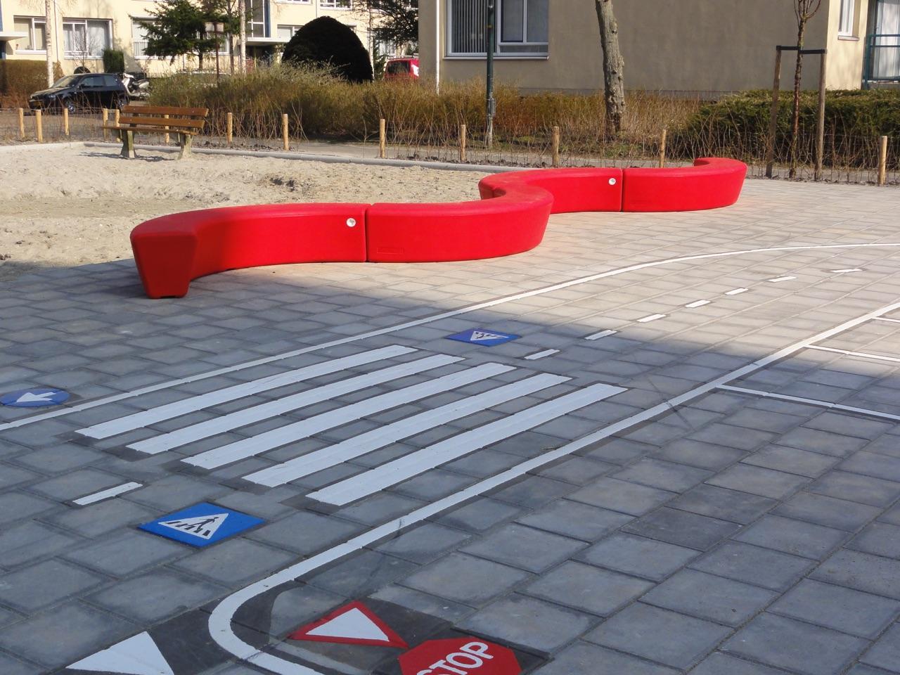 Loop Arc bank voor op het schoolplein