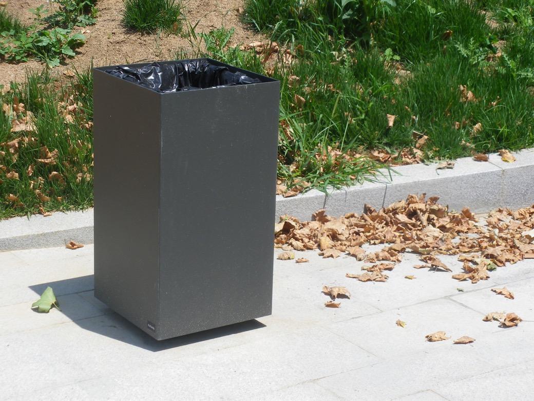 Alras M afvalbak is perfect voor buitenruimtes waaronder pleinen