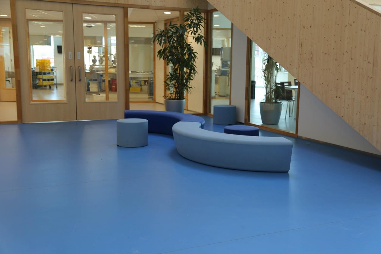 Loop Arc bank met ander meubilair van de Loop family