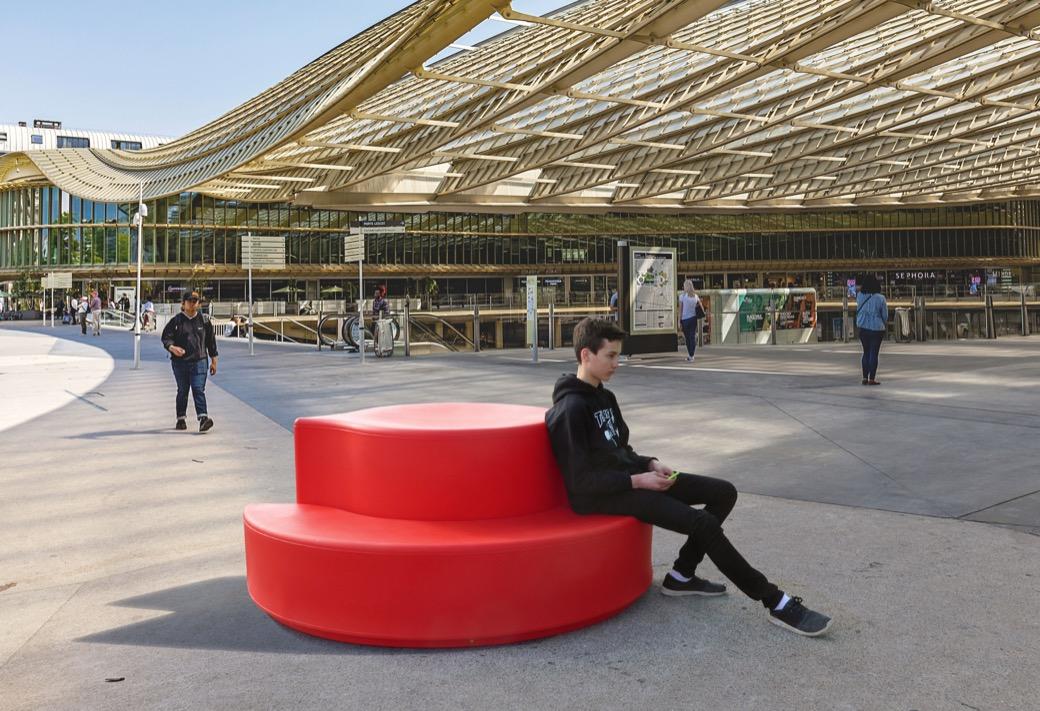 Arco bank voor het station of de luchthaven