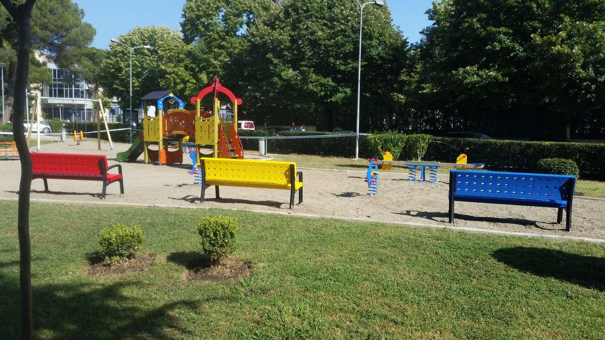 Bank Modo opvallend en kindvriendelijk in speeltuin