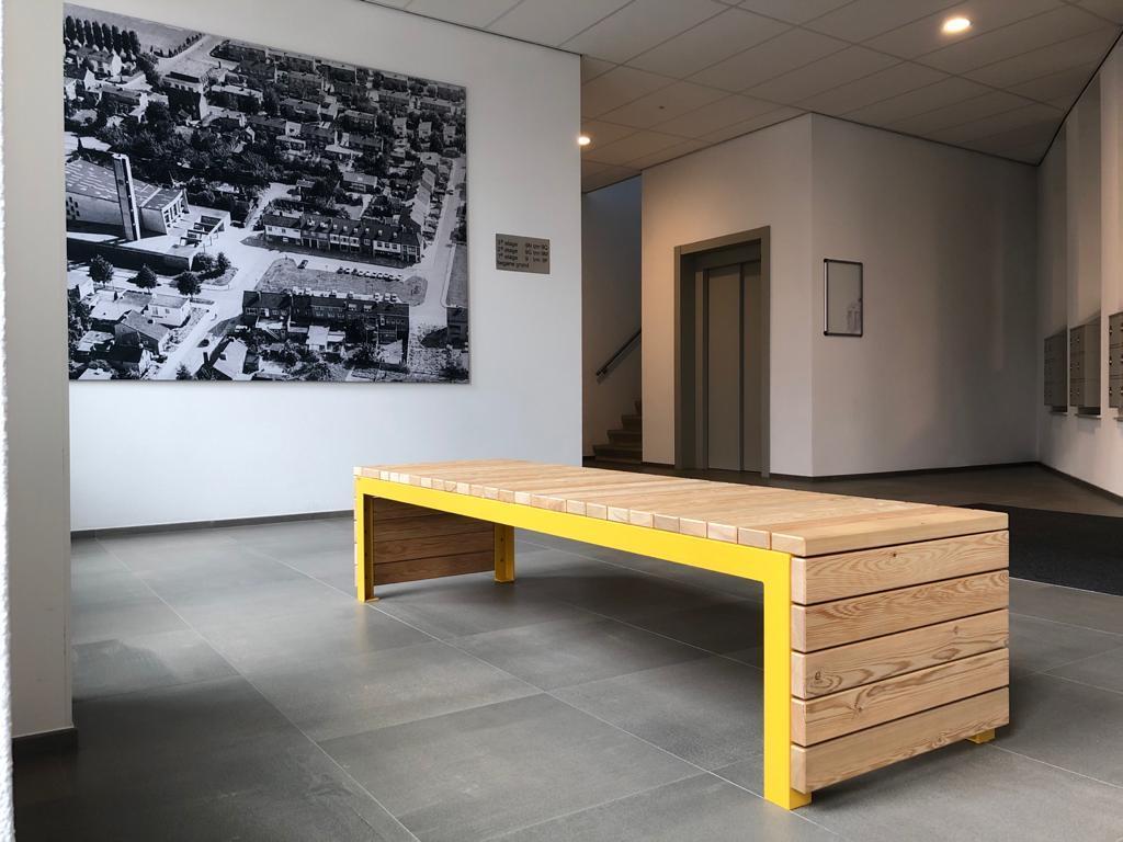 Bank Woodrow van larikshout en geel frame