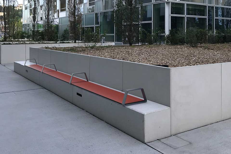 Bibi bank zitelement op betonnen bank