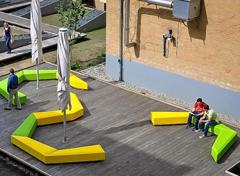 Coffin Lounge bank beschikbaar in opvallende kleuren