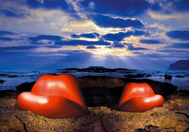 Dali lips bank in de vorm van rode lippen - buiten