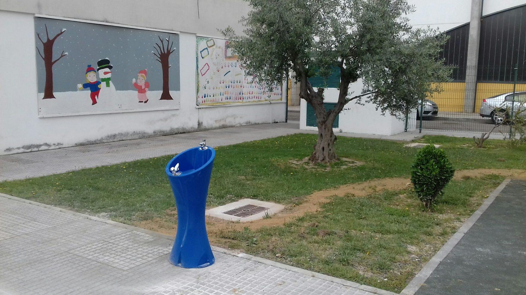 Blauwe drinkfontein Alvium voor op het schoolplein
