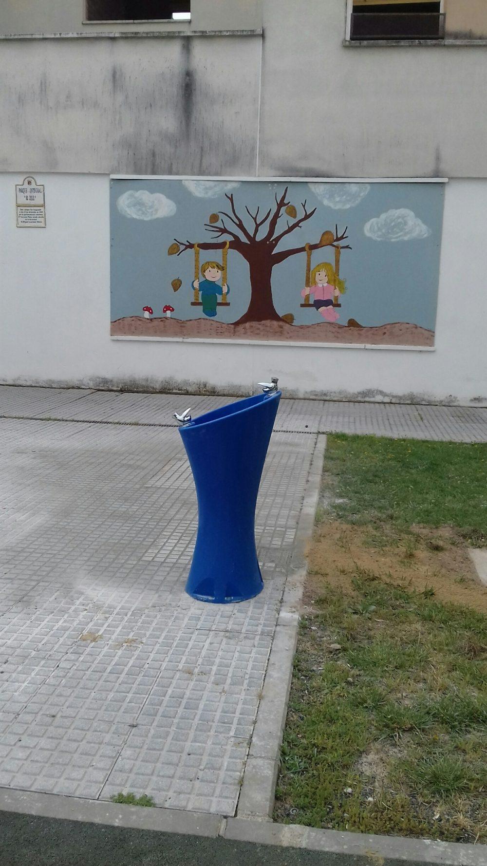 Met de blauwe waterfontein Alvium kunnen kinderen hun dorst lessen schoolplein