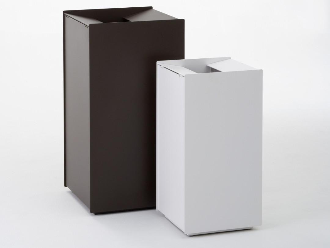 Foga afvalbak van staal vierkante bak in het zwart en wit waarvan een kleine en een grote variant