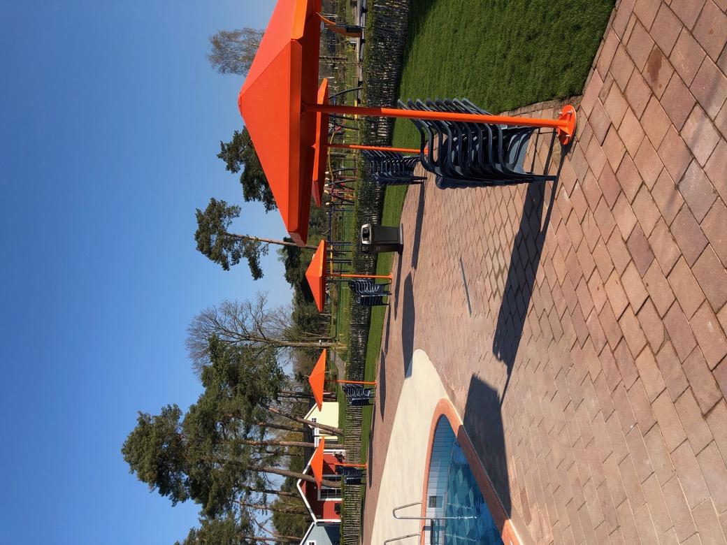 Stalen parasol Four Seasons in veel kleuren verkrijgbaar zoals geel wit grijs zwart oranje groen paars rood blauw antraciet zilver en groen buitenparasol van hoge kwaliteit gemaakt van staal sterk duurzaam en hufterproof voor op plein park bij zwembad