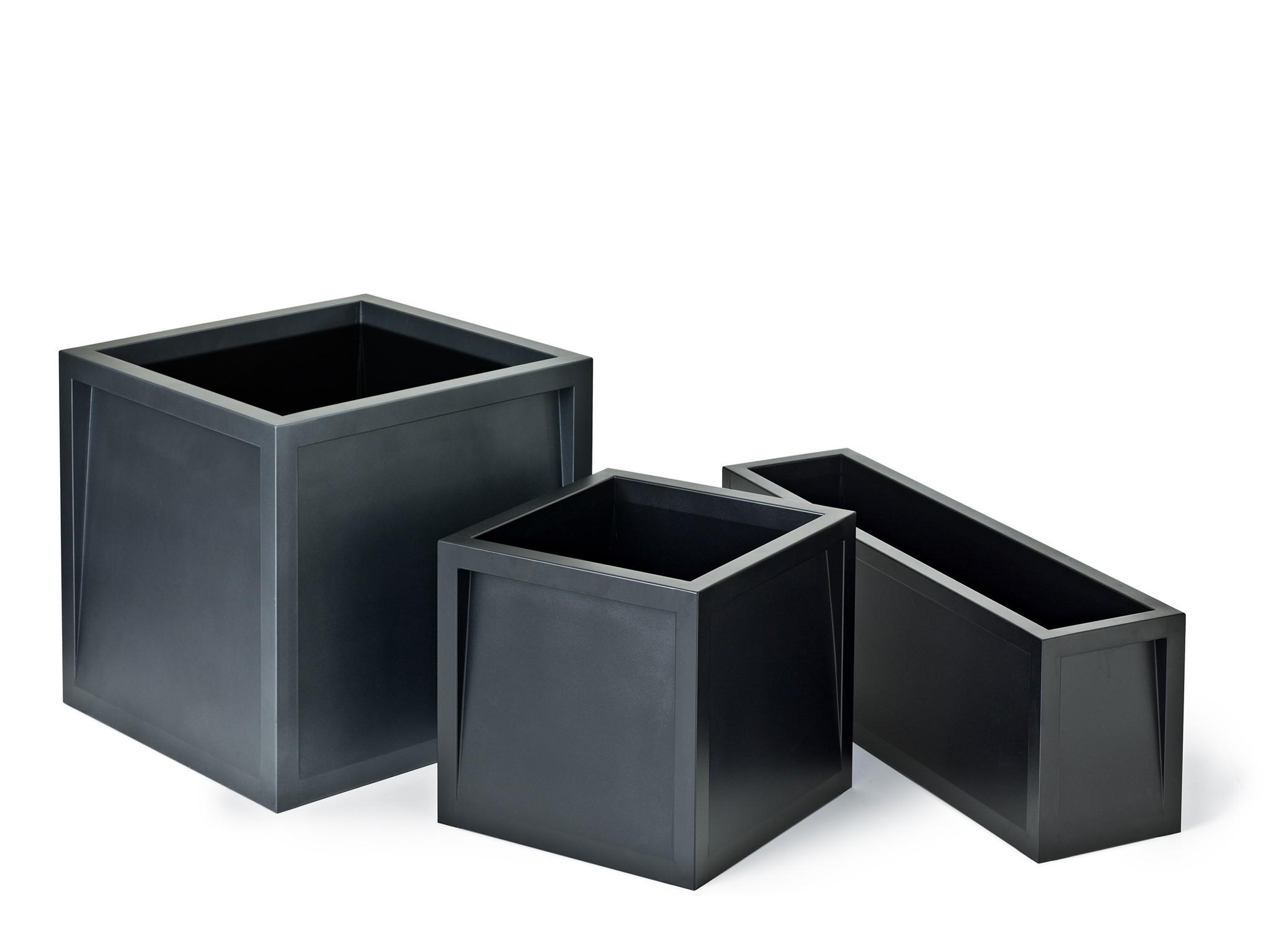 Frame plantenbak vierkante bloembak ook een rechthoekige die wat lager is en een hoge bloembak van staal in het zwart