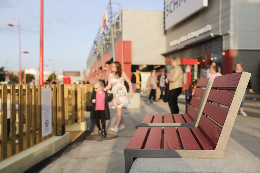 hop hop zitjes stoel stoeltje bank bankje voor op bestaande randen trappen en rand van beton om lekker te kunnen zitten en geen koude kont van hout met rugleuning in rood geel groen blauw zwart grijs wit bruin beige openbare ruimte straatmeubilair zitten