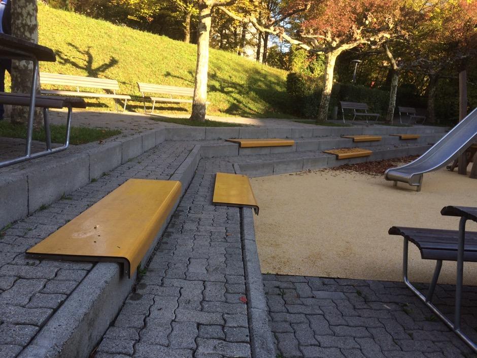 Il Posto bank creëert zitplaatsen op trappen, randen en wanden