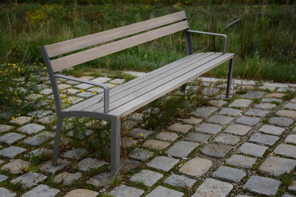 La Strada bank gemaakt van zitting HPL en frame van staal