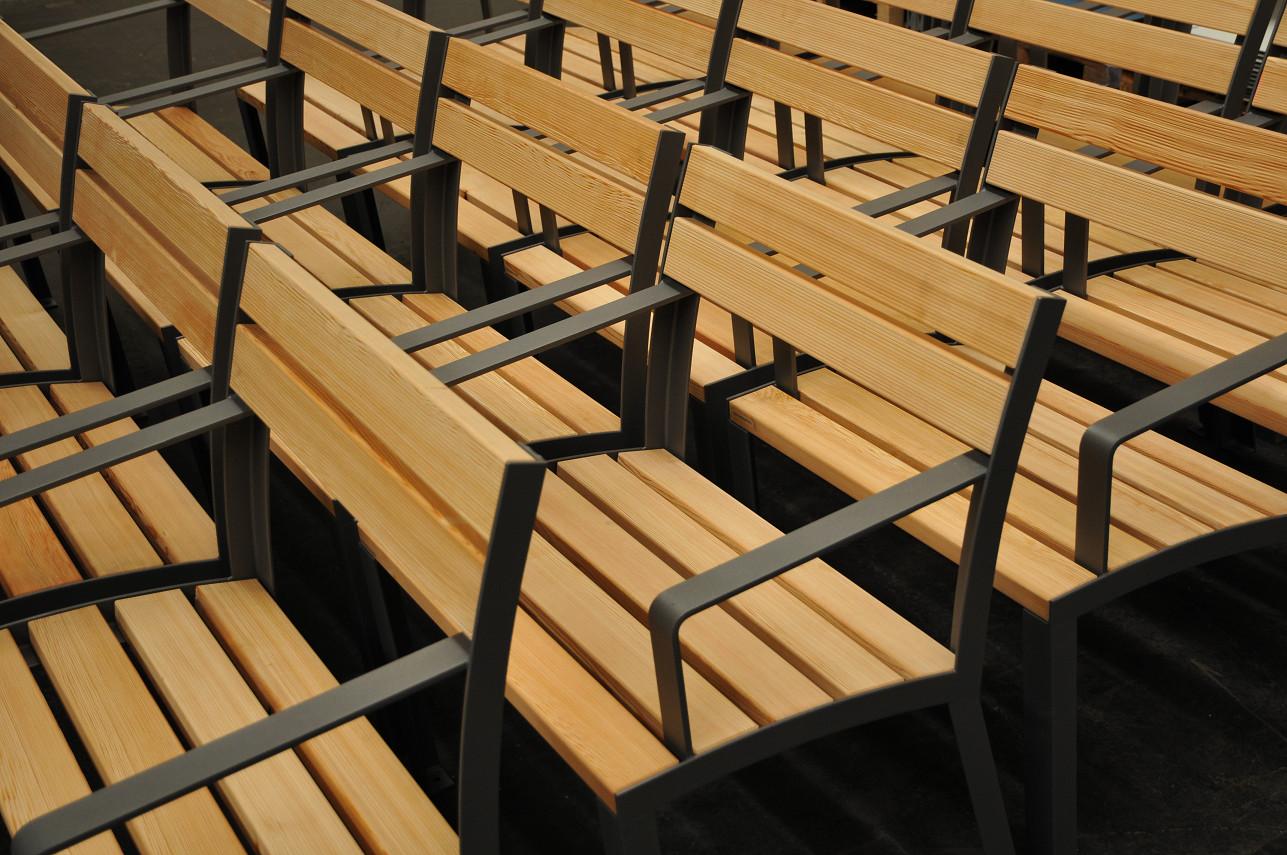 La Strada stoel - gemaakt uit houten latten en een frame uit profielstaal