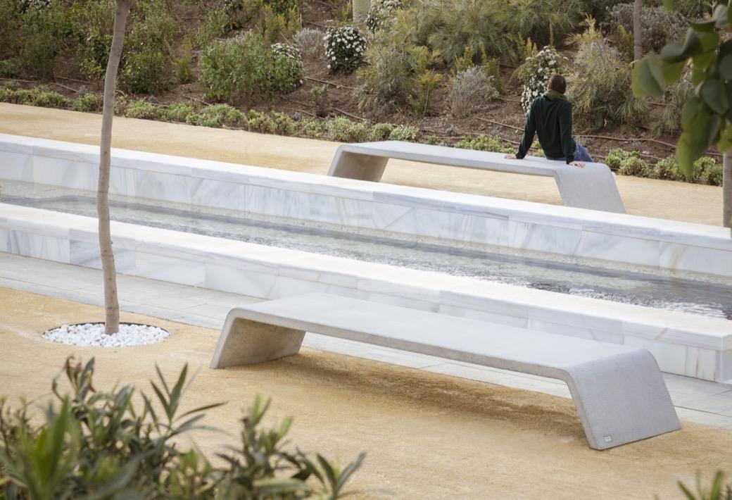Mimetic bank is gemaakt uit gewapend beton