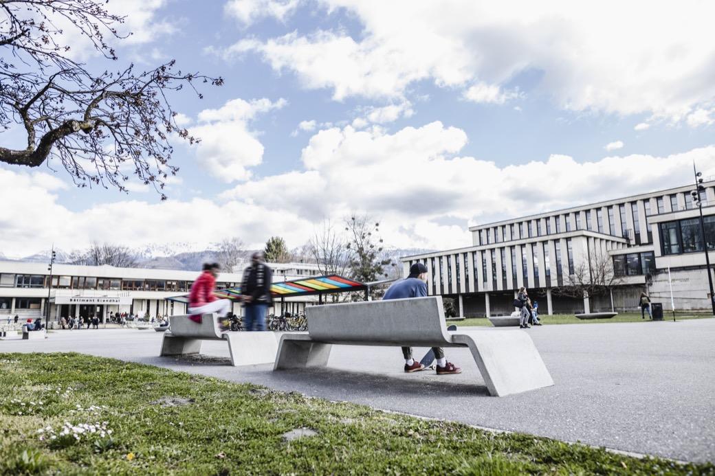 Mimetic bank is gewapend, gezuurd en waterproof beton