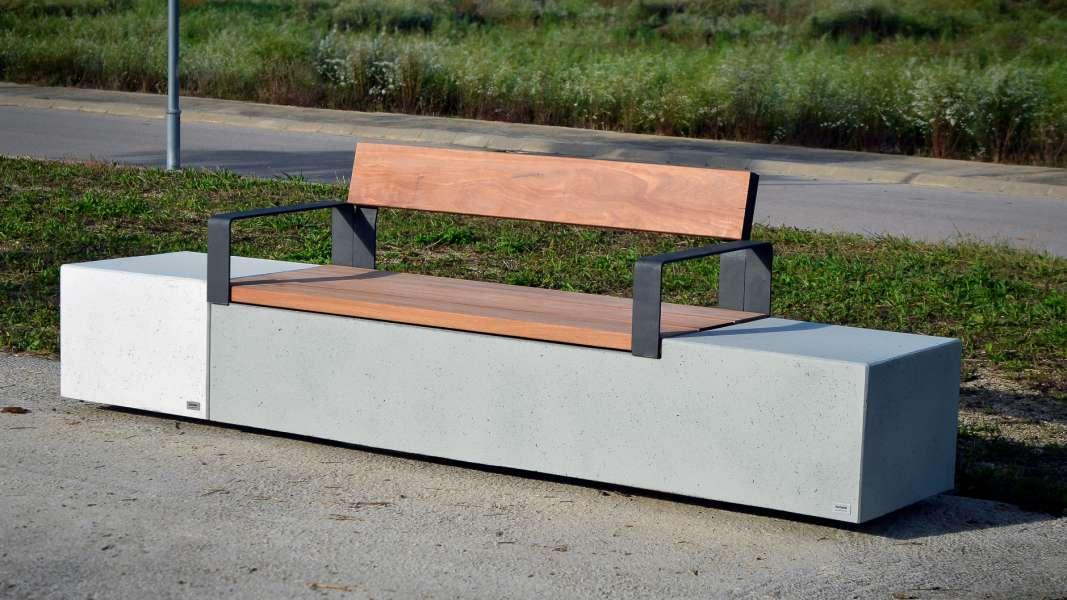 Log bank van beton in combinatie houtzitting en rugleuning