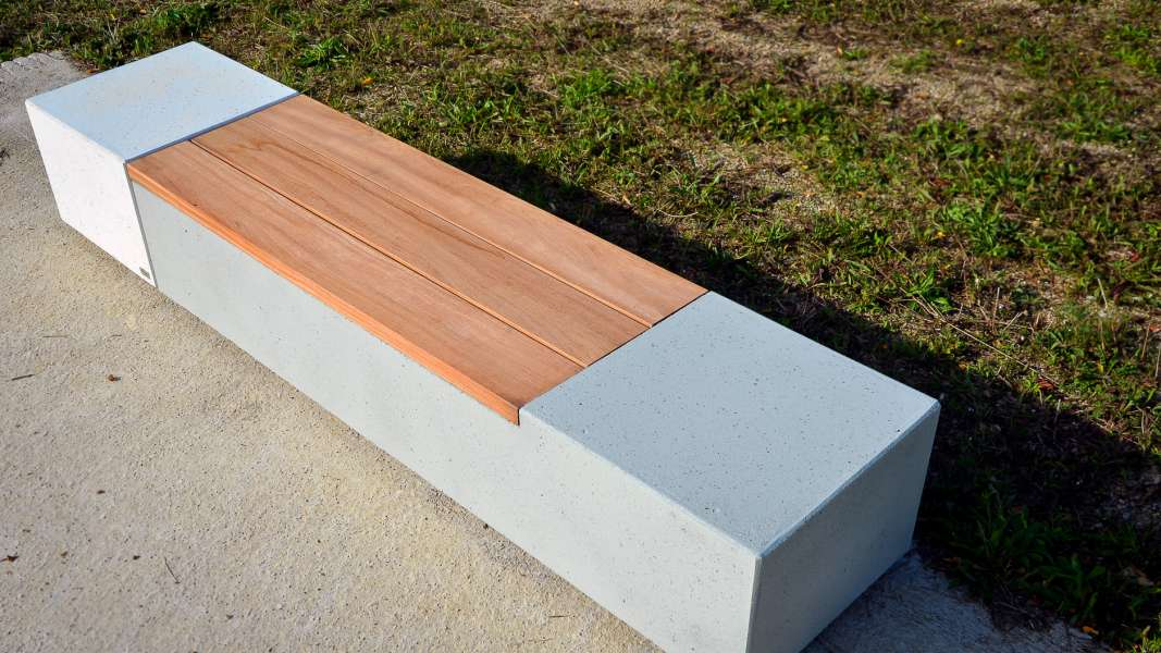 Log bank van beton met FSC hout