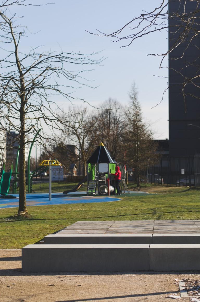 Log banken van beton voor in parken en op pleinen